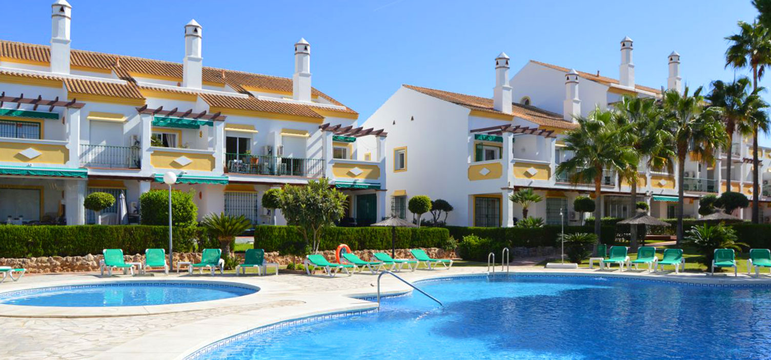 Newly renovated apartment with a top location on the beach-side of the coastal road in Marbella, Costa del Sol. The apartment for sale is in perfect condition after renovations which included a new a/c system, new kitchen, polished marble floors, drinking water system and much more.